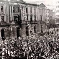 1931ko apirilaren 14a Eibarren, arratsaldez. Udaletxe aurrealdean xafla bat jarri zuten plazaren izena aldatzeko: Alfonso XIII izatetik Errepublikaren Enparantza izatera pasa zen.