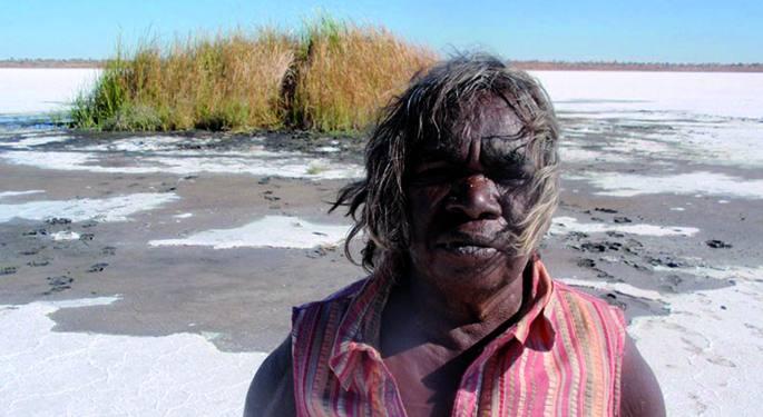Irudian 'Yuwali Contact' filmean, funtzionario zuriek harrapatu zuten lekuan, basamortuko gatzaga idortuan. Aborigenak, batik bat haurrak, desertutik atera eta misio kristauetan konfinatzea XX. mende osoan ezagutu da Australian. Doris Pilkington-ek Follow