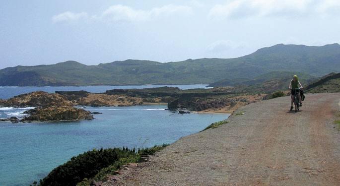 Kalaz betetako uhartea da Menorca. Ezkerreko irudian, Cales Coves (irla hegoaldean). Eskuinean, mendebaldeko kostaldea:Cala Santandria, Cala Blanes eta Cala Blanca.