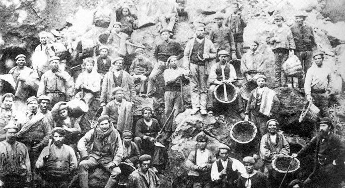 Bizkaiko burdin meatzeetako langileak XIX. mendearen amaieran.  Urte horietan hasi ziren Ingalaterrako industriako  zenbait langile ordaindutako oporrak izaten. Hona beranduago iritsi ziren.