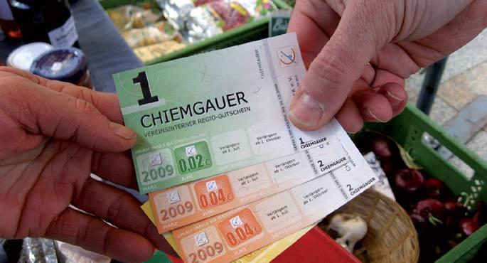 www.hunnio.com gunetik hartutako irudian Alemaniako Bavarian Chiemgau eskualdean 2003tik darabiltzaten chiemgauerrak, 1, 2 eta 5 euroren baliokideak diren billeteak. Lekuko moneta hauen helburua herritarrek ez gordetzea baina herri barruko salerosketetan