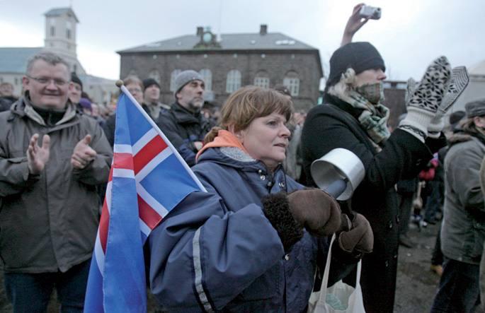 Negu gorrienean ere, 2008ko larunbatetan milaka herritar biltzen ziren Reikiavikeko plaza nagusian.