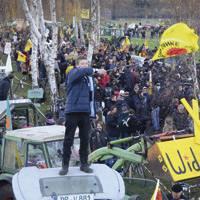 Hondakin nuklearrak garraiatzen dituen Castor trenaren kontrako protestak Gorleben-en. Iazko garraioa orain arteko geldoena eta garestiena izan da, baita polizialki bortitzena ere.