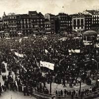 1978ko Aberri Egunak inoizko babesik zabalena jaso zuen. Milaka lagun bildu zen, norbere mezuarekin, Hego Euskal Herriko lau hiriburuetan eta Larrun mendian. Irudian, Iru�eko manifestazioa Gazteluko Plazan, 35.000 lagun inguru elkartu ziren.