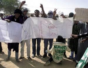 Tuareg talde bat Anefis hiriaren askapena ospatzen, Gao eta Kidal artean. Azawaden uranio erreserba ugari daude, Frantziak kudeatuta, eta petrolio eta gas naturala bilatzeko saiakerak ere hasi dira.