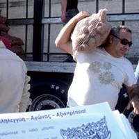 """Patras Democracy blogeko argazkia topatu dugu Interneteko bilatzailean grekeraz ipinita """"patata iraultza"""": Patras hiriko biztanleak baserritarrek trailerrez ekarritako lursagarrak ari dira erosten.Bitartekaririk gabe, bestela saldu ezin edo kas"""