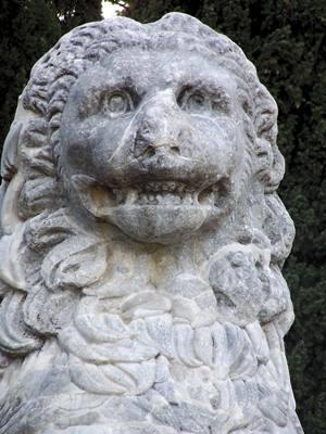 Keroneako gudu zelaian Filipo II.ak eta Alexandro Handiak Tebasko Batailoi sakratuaren omenez eraikitako lehoia.