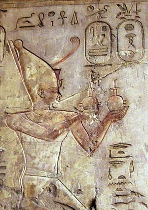 Psametiko I.a Ra jainkoari eskaintza egiten, faraoiaren hilobiko erliebe batean (Tebas).