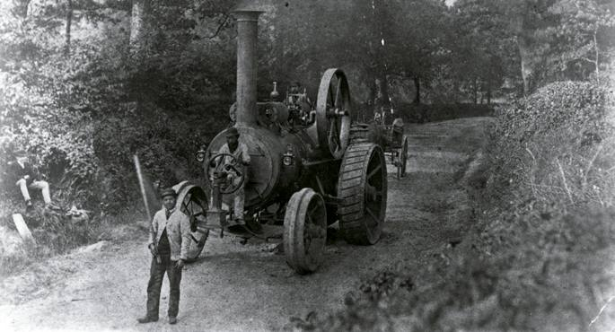 1865eko Locomotive Act delakoak derrigortuta, ibilgailuek hiru pertsona eraman behar zituzten gutxienez, eta horietako batek bandera gorri bat astindu behar zuen, ibilgailua zetorrela jakinarazteko.