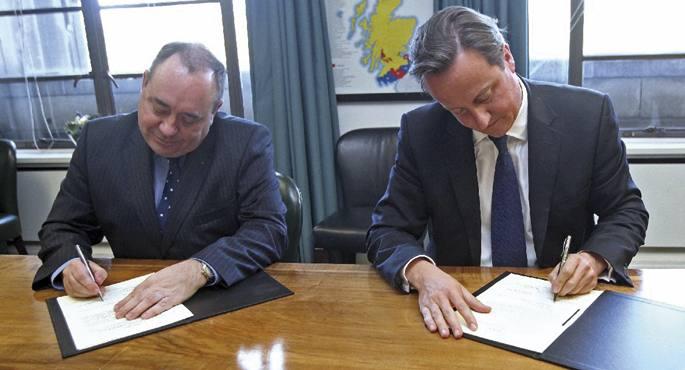Urriaren 15eko argazki historikoa: ezkerrean Alex Salmond Eskoziako lehen ministroa eta eskuinean David Cameron,  Erresuma Batukoa, Eskoziaren independentziari buruzko 2014ko erreferendumaren akordioa sinatzen.