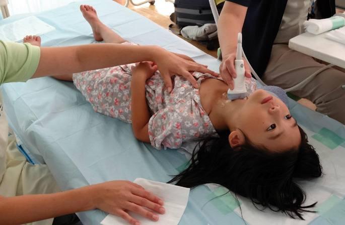 Yuko Human Rightsen argazki handian neskato bati ultrasoinuz aztertzen ari zaizkio tiroideak