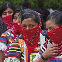 Desinformemonos gunetik hartu dugun argazki hau 2012ko abenduaren 21ean Chiapasko Ocasingo herrian dago egina, EZLNk milaka herritar mobilizatu zituenean. Lehen lerroan emakumeak, aurpegiak zapiz estalirik; atzean gizonezkoak, kagulaturik. Egun gutxiren b