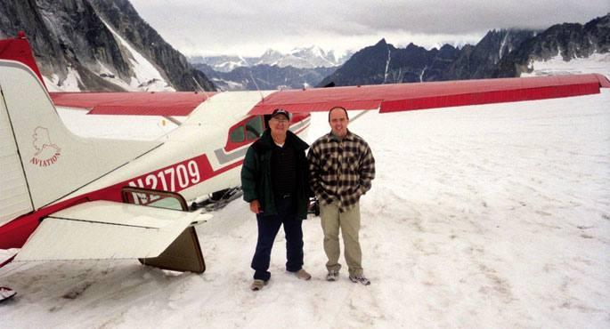 Joe eta Vince Juaristi aita-semea Ipar Amerikako gailur altuenera egindako bidaian, Alaskako McKinley mendian, 2006an.