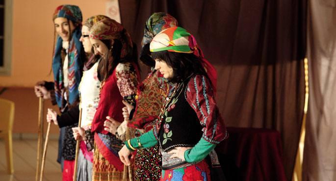 Ederlezi-k tzigano edo buhame herriaren bilakaera kontatzen du, emakume baten eta haren zazpi alaben istorioaren bitartez.