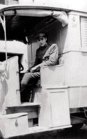 Ernest Hemingway Gurutze Gorriko anbulantzia batean, Italian, 1918an. Hainbat idazlek jardun zuen joan den mendean anbulantzia gidari lanetan, diru beharrak baino gehiago gerrak bultzatuta.