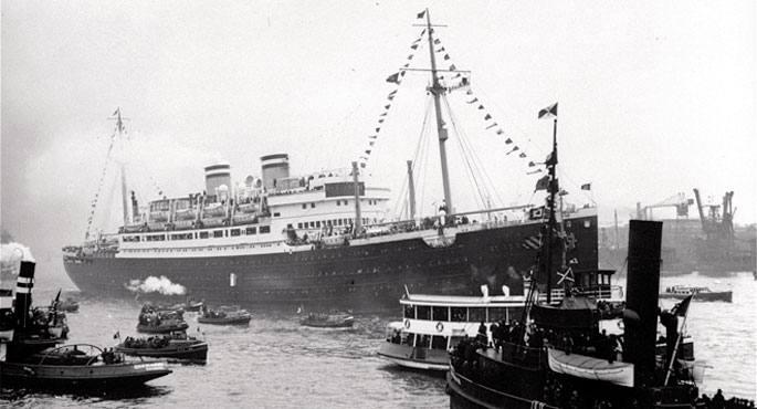 Goian, SS St. Louis transatlantikoa Hanburgoko portuan aingura jasotzeko zorian, 1939ko maiatzean. Azpian, ontziko bi errefuxiatu Habana parean, bertan lehorreratzeko itxaropenez.