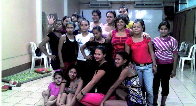 Maitena Monroy erdian, Mujer Crecer ekimenaren baitan Nikaraguan emandako ikastaroko parte-hartzaileez inguratuta. Autodefentsako prestatzailearen arabera,