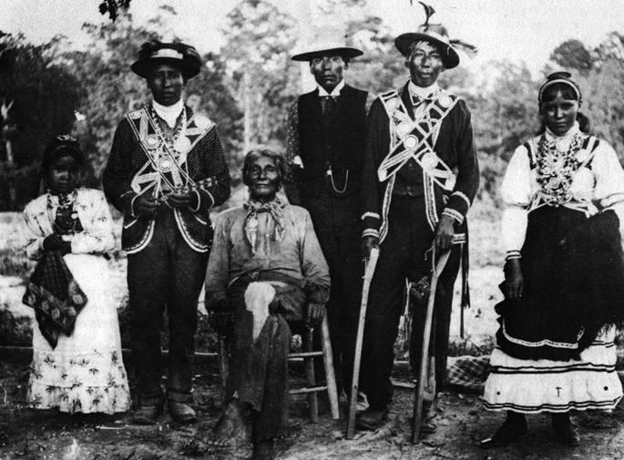 Choctaw tribuko hainbat kide 1908an, jantzi tradizionalak soinean. 60 bat urte lehenago, mirestekoa izan zen choctawek irlandarrekin izan zuten elkartasun keinua.