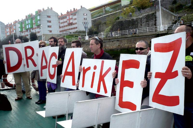 Abran egin nahi dituzten dragatze lanen aurkako protesta baten irudiak.