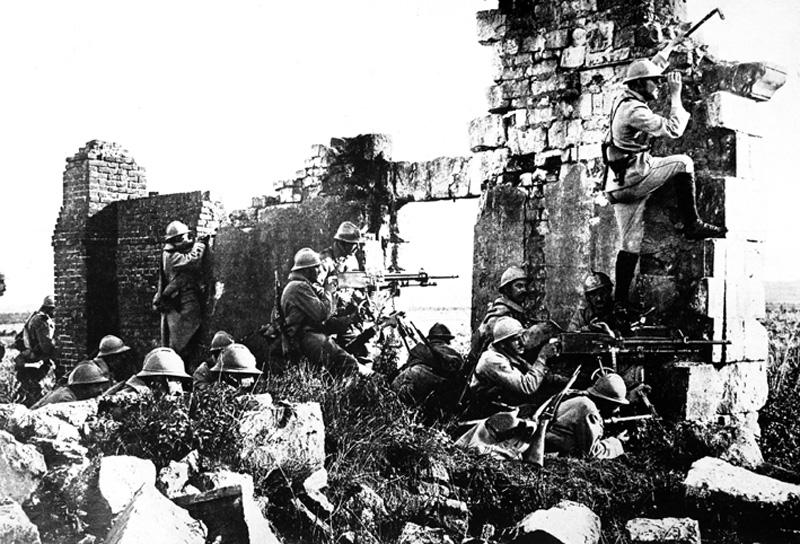 Frantziar soldadu taldea, Gouraud jenerala buru eta metrailadoreak prest, Marne inguruko eliza baten hautsikinetan, 1918an.