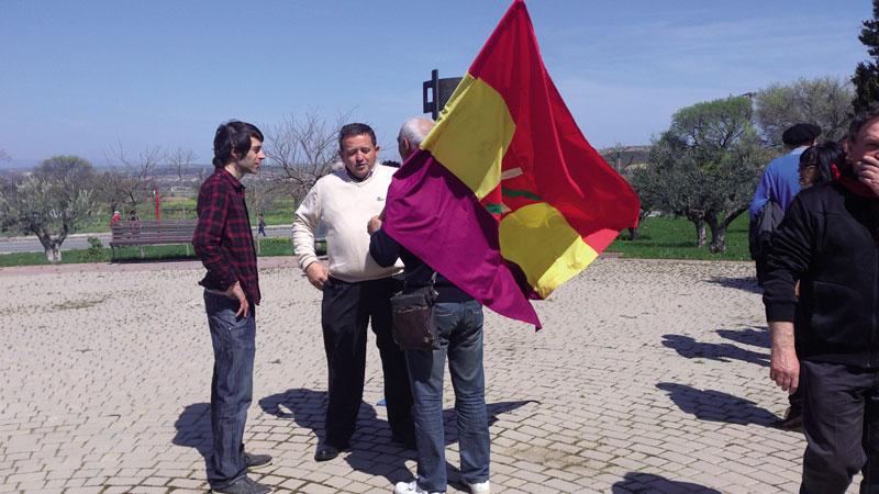 José Ramón Martínez (erdian) Sartagudako Memoriaren Parkean.