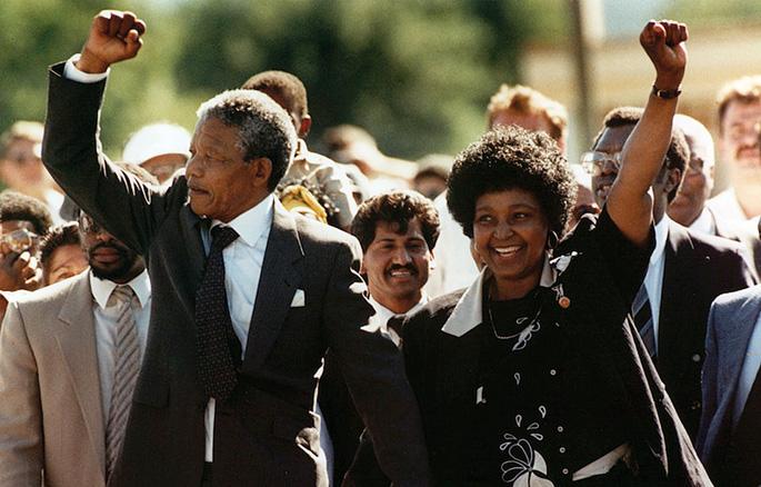 Historiarako argazkia, Nelson Mandela orduko emaztearekin, kartzelatik atera berritan.