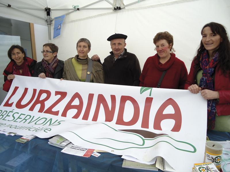 Lurzaindiako kideak kolektiboaren inaugurazioan, 2013ko urtarrilean.