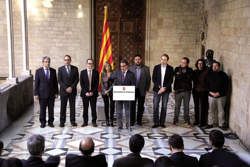 Artur Mas (CiU) Generalitateko lehendakaria, ERC, UDC, ICV eta CUP alderdietako ordezkari politikoekin batera Generalitateko egoitzan 2014ko azaroaren 9ko erreferenduma modu ofizialean iragartzen.