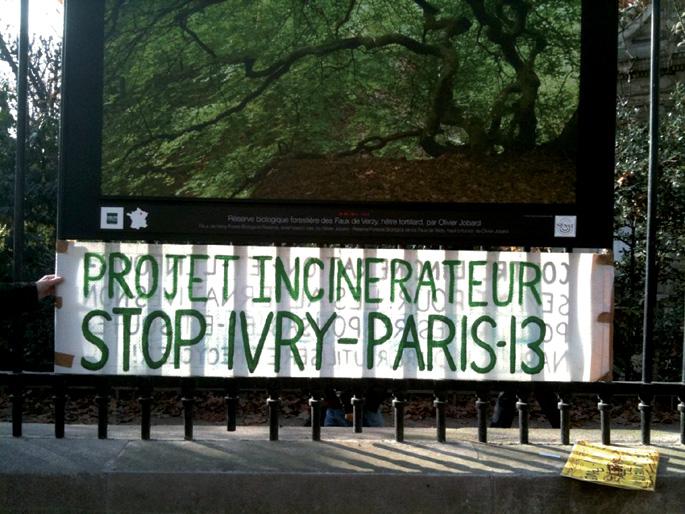 Parisko Luxembourgeko parke famatuan eskegitako pankartak protesta egiten du Ivry herrian eraiki nahi duten errauskailu berriaren kontra. Seine-et-Marne (94) departamenduaren zati da Ivry-sur-Seine. Marne eta Seine ibaien bazterretako hiru departamenduen