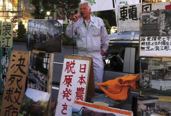 Naoto Matsumura Fukushimako laboraria Tokioko kalean bere aldarrikapenak oihukatzen. Irudia hartu dugu haren sostengatzeko hainbat bolondresek biziarazten duten Naotomatsumura Weebly blogetik. Fukushimako zentraletik oso hurbil Tamioka herrian bizi den gi