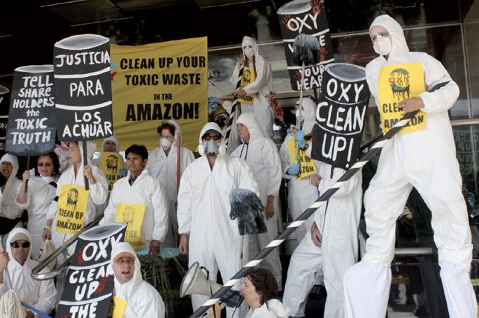 El Polvorín blogak plazaratu argazkian, Occidental Petroleum Corporation (OXI da bere izen komertziala) multinazionalaren kontra egindako protesta ekintza.