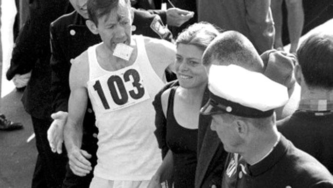 Goian, Bobbi Gibb 1966ko Bostongo maratoia bukatu ondoren, soinean zenbakirik ez duela. Azpian, Kathrine Switzer 261. dortsalarekin, Jock Semple epailea atzean duela, eta Tom Miller