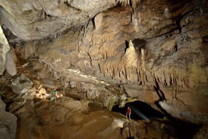 Lurraren barrunbeetan turista... edo esploratzaile