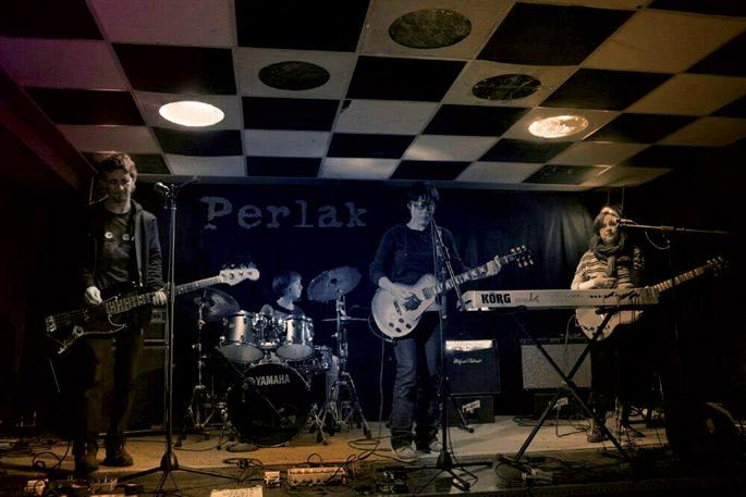 80ko hamarkadako post-punk aireak suma daitezke Perlak taldearen kantuetan. Kantuek indarra badute.