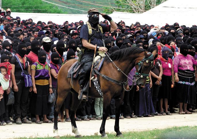 El blog de GIAPetik hartutako argazkian,  Marcos agur militarra egiten maiatzaren 24an, Chiapaseko La Realidad herrian. Lidergoaz esan zuen: