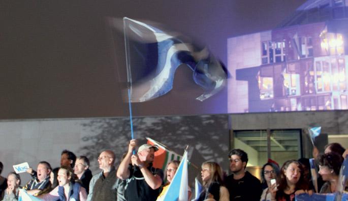 Irailaren 18ko erreferendumaren bezperan, manifestazio espontaneo batek hartu zituen Edinburgoko kaleak. Ehunka lagunek  Eskoziako Parlamentuaren aurrean amaitu zuten baiezkoaren aldeko aldarri eta ikurrekin.  Ezetzak irabazi arren, eskoziarrek urrats err