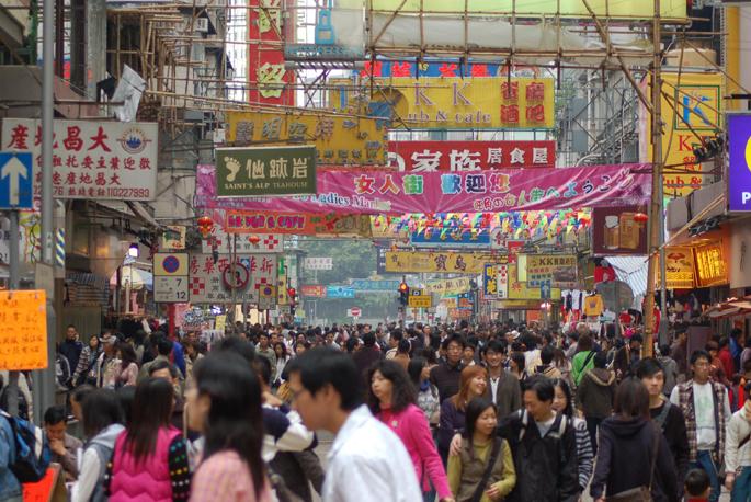 Jendetza Hong Kongeko kale batean. Munduko populazioaren erdia baino gehiago Asian bizi da.