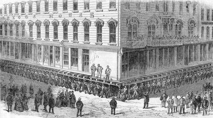 Chicagoko biztanleak Briggs House erakina euren indarrez jasotzen, 1857an edo 1866an.