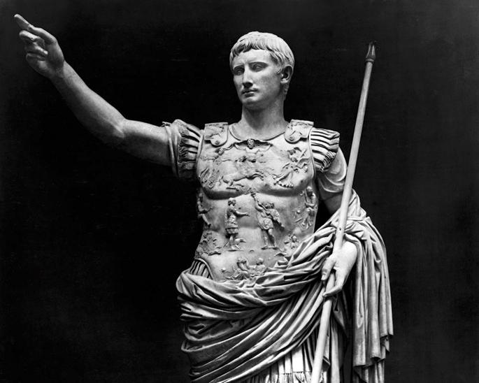 Augusto enperadorea (K.a. 63-K.o. 14) bere nomenclatorraren memoria eskasaz kexatu ohi zen, Makrobioren arabera. Nomenclatorrak Erromako goi gizarteko hiritarren izenak, aurpegiak eta datuak gogoratu behar zituzten esklaboak ziren.