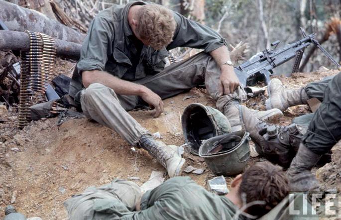 Soldadu estatubatuarra 1968ko maiatzean, A Shau bailaran. Ordurako gerrak aspaldi bukatua egon behar zuen estatubatuarren aurreikuspenen arabera. Baina 1968 inflexio urtea izan zen gatazkan. AEBetako osteak guduak eta morala galtzen hasi ziren.