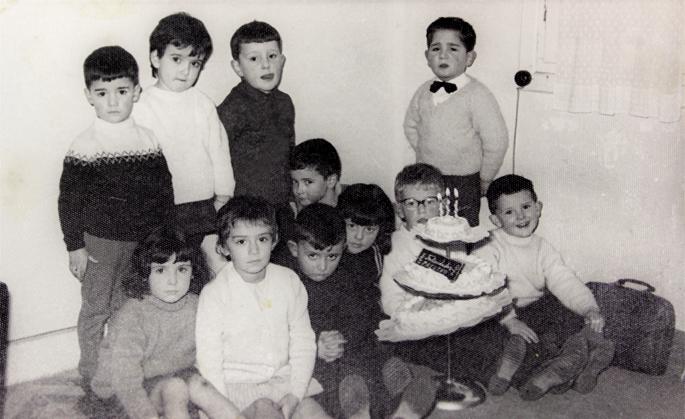 Izaskun Arrue irakaslearen ikasleak, Zerkabarren kaleko ikastolan,  1964ko otsailean.