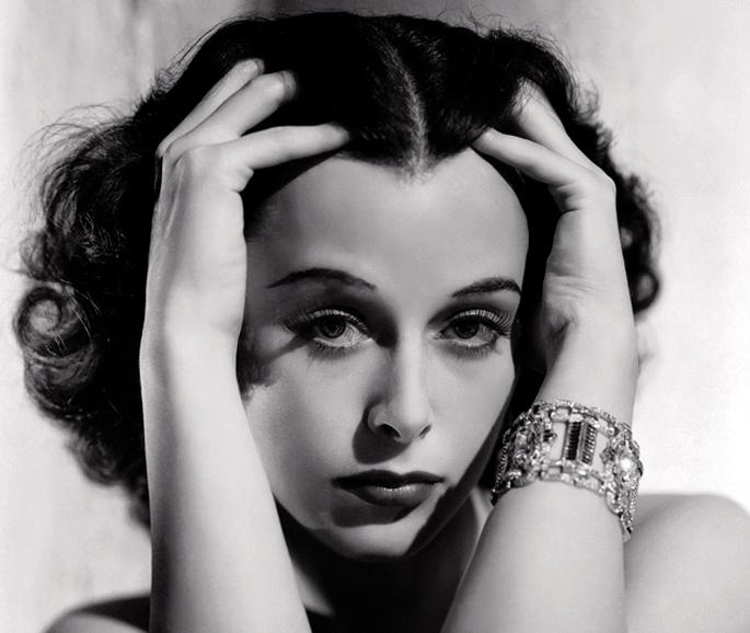 """Hedy Lamarr (1914-2000) aktore eta telekomunikazio ingeniariak esan zuen: """"Edozein neskak izan dezake glamourra. Geldirik geratu eta inozo itxurak egin besterik ez du"""". Berak glamourra nahi beste zeukan, baina geldia eta inozoa ez zen, inolaz ere."""