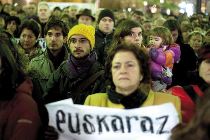 """Kontseiluak eta UEMAk otsailaren 28rako manifestazioa deitu dute Donostian, """"Oztopoen gainetik euskaraz biziko gara!"""" lelopean."""