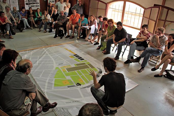 La Col arkitektoen taldeak jardunaldiak antolatu zituen auzoko ondareaz. Irudian, Can Batlló gunean izandako eztabaidetako bat.