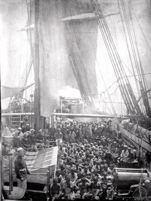 """1869an Dhapne britainiar fragatak 300 esklabo inguru """"askatu"""" zituen Zanzibarko kostaldean, esklabo-ontzietan zeudela. Esklabo trafikoaz ezagutzen diren garaiko fotografia bakanetakoak atera zituzten."""