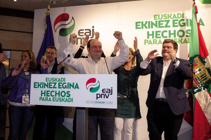 Sabin Etxean ospatu zuten jeltzaleek EAJren garaipena, EBBko Andoni Ortuzar buruan buru.