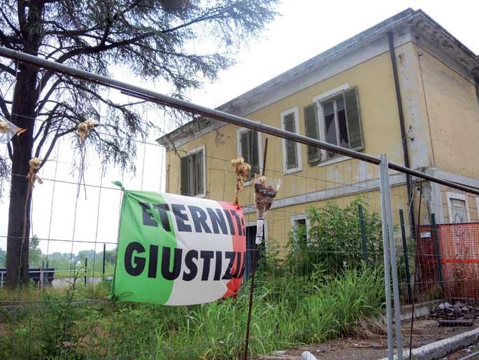 Eternit lantegiaren arrasto apur batzuk baino ez dira geratzen Casale Monferraton. Goian, herritarren borrokaren ikur bilakatu den Eternit: Giustizia leloa ageri da Italiako banderan.