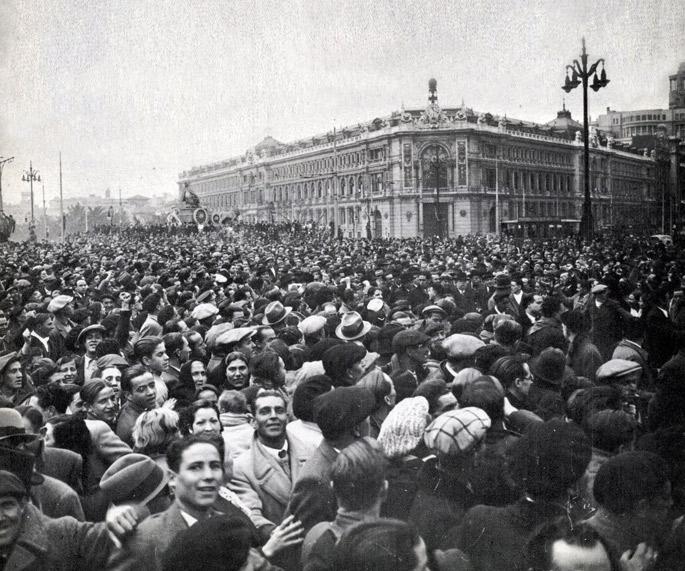 1936ko otsailean  Fronte  Popularrak hauteskundeak irabazi ondorengo manifestazio jendetsua Madrilen.