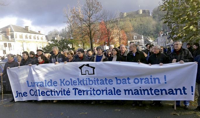 2013ko azaroaren 30ean, Maulen Lurralde Elkargoaren alde herritarrek egin zuten manifestazioaren irudietako bat.