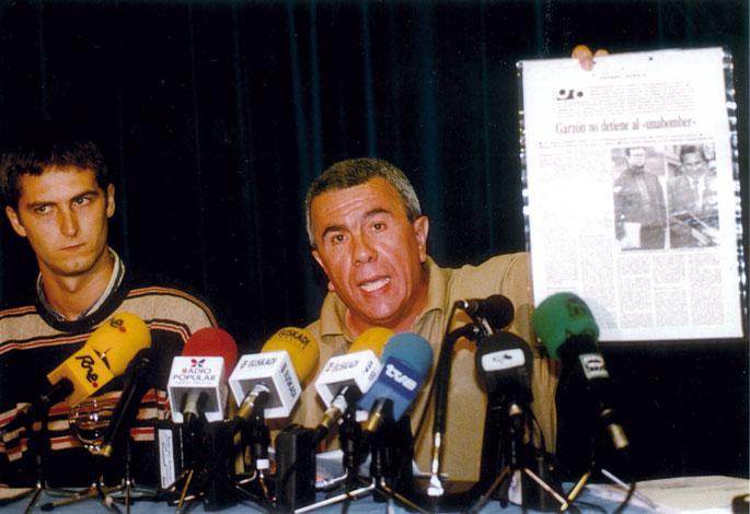 Pepe Reirekin batera prentsaurreko bat ematen, 1998an.
